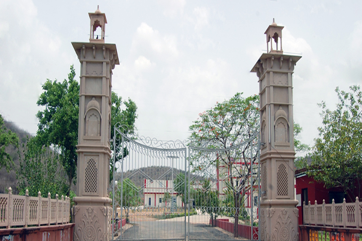 https://cache.careers360.mobi/media/colleges/social-media/media-gallery/10518/2019/1/10/Entrance gate of Maa Kaila Devi College of Education Gwalior_Campus-view.jpg