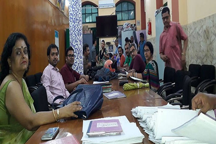 https://cache.careers360.mobi/media/colleges/social-media/media-gallery/14012/2018/8/22/Surendranath-Evening-College-Kolkata-staff.jpg
