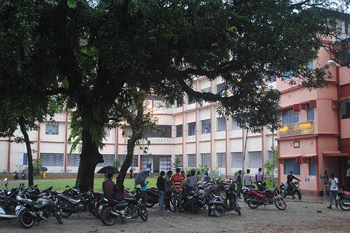 https://cache.careers360.mobi/media/colleges/social-media/media-gallery/14398/2018/12/19/Building View of Siliguri College of Commerce Siliguri_Campus-View.jpg