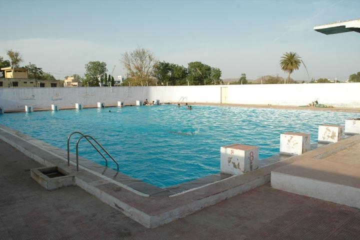 https://cache.careers360.mobi/media/colleges/social-media/media-gallery/1663/2020/10/13/Swimming pool of Bhupal Nobles University Udaipur_Others.jpg