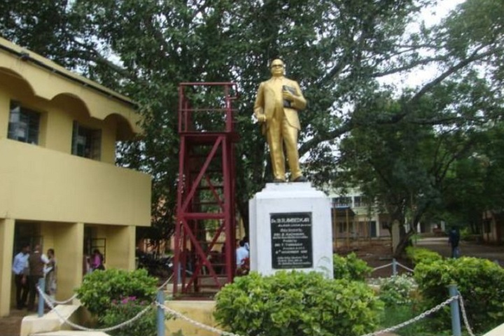 https://cache.careers360.mobi/media/colleges/social-media/media-gallery/17132/2019/4/24/Statue inside the campus of KGF First Grade College Kolar_Campus-View.jpeg