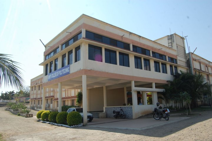 https://cache.careers360.mobi/media/colleges/social-media/media-gallery/17683/2019/1/5/College Campus Bulidding of Dr RS Gunjal Polytechnic Ahmednagar_Campus-View.jpg