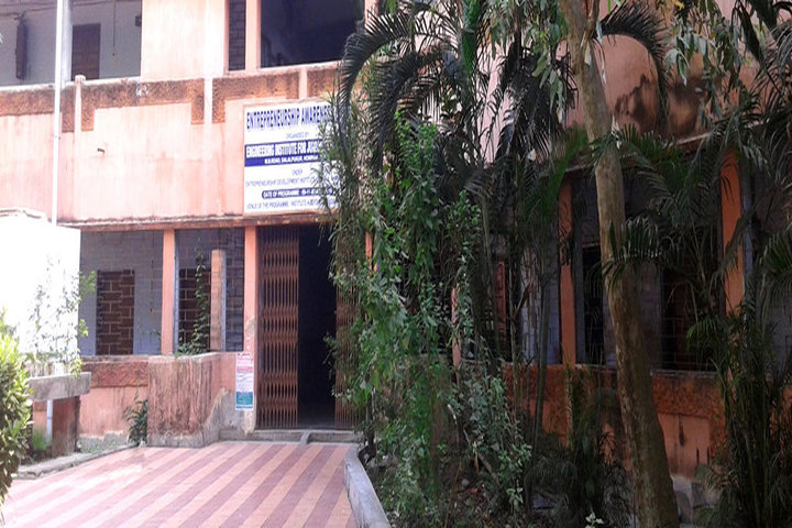 https://cache.careers360.mobi/media/colleges/social-media/media-gallery/17791/2018/12/8/Campus View of Engineering Institute For Junior Executives Howrah_Campus-View.jpg