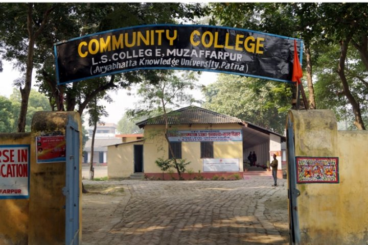 https://cache.careers360.mobi/media/colleges/social-media/media-gallery/18458/2019/5/3/College Entrence of Langat Singh College Muzaffarpur_Campus-View.jpg