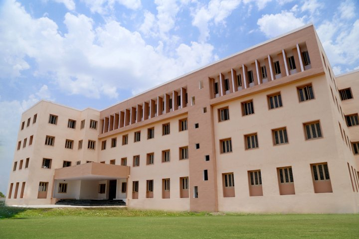 https://cache.careers360.mobi/media/colleges/social-media/media-gallery/18783/2018/12/27/Campus View of Parul Institute of Computer Application Vadodara_Campus-view.jpg