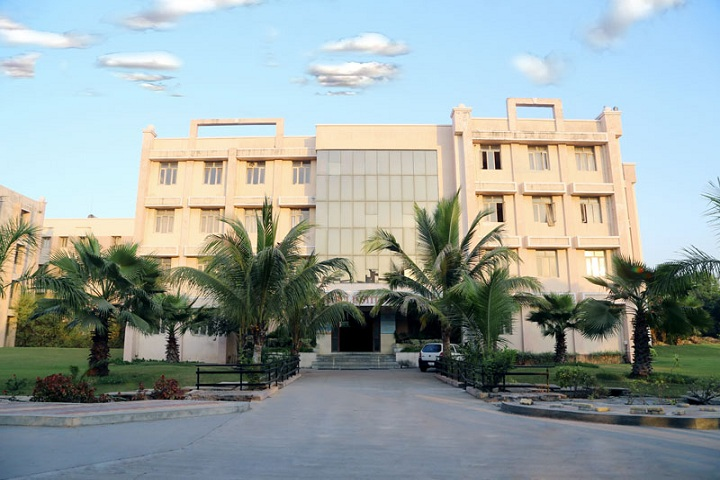 https://cache.careers360.mobi/media/colleges/social-media/media-gallery/18791/2018/10/30/Campus View of Parul Institute of Commerce Vadodara_College View.jpg