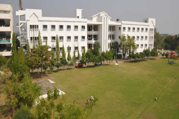 https://cache.careers360.mobi/media/colleges/social-media/media-gallery/1972/2019/7/5/Campus View of Priyadarshini College of Engineering Nagpur_Campus-View.jpg