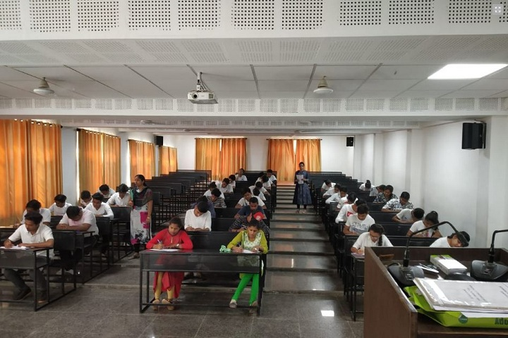 https://cache.careers360.mobi/media/colleges/social-media/media-gallery/20241/2019/4/12/Classroom of Geetanjali College of Physiotherapy Udaipur_Classroom.JPG