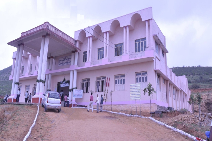 https://cache.careers360.mobi/media/colleges/social-media/media-gallery/20667/2018/12/31/Side view of Government First Grade College Harapanahalli_Campus-view.jpg