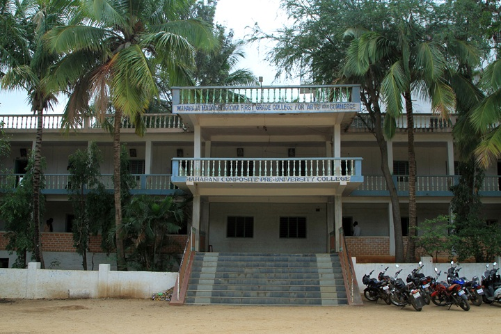 https://cache.careers360.mobi/media/colleges/social-media/media-gallery/21319/2019/7/15/College View full of Maharaja Madakarinayaka First Grade College for Arts and Commerce Chitradurga_Campus-View.jpg