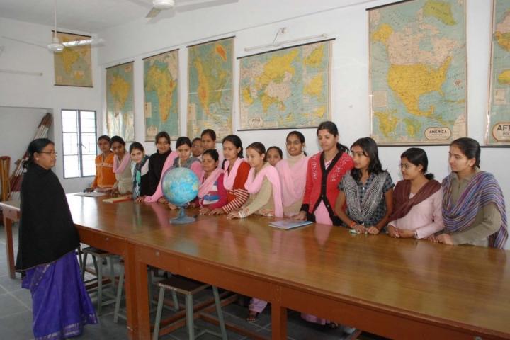 https://cache.careers360.mobi/media/colleges/social-media/media-gallery/21635/2017/11/9/Guru-Nanak-Girls-PG-College-Udaipur8.JPG