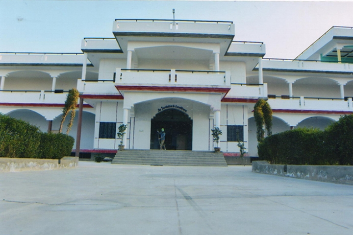 https://cache.careers360.mobi/media/colleges/social-media/media-gallery/21830/2019/5/25/Campus View of Trilok Singh Mahavidyalaya Laxmangarh_Campus-View.jpg