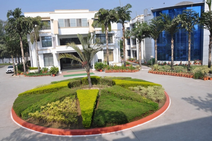 https://cache.careers360.mobi/media/colleges/social-media/media-gallery/22237/2018/12/4/Campsu view of Invertis Institute of Law Bareilly_Campus-view.jpg