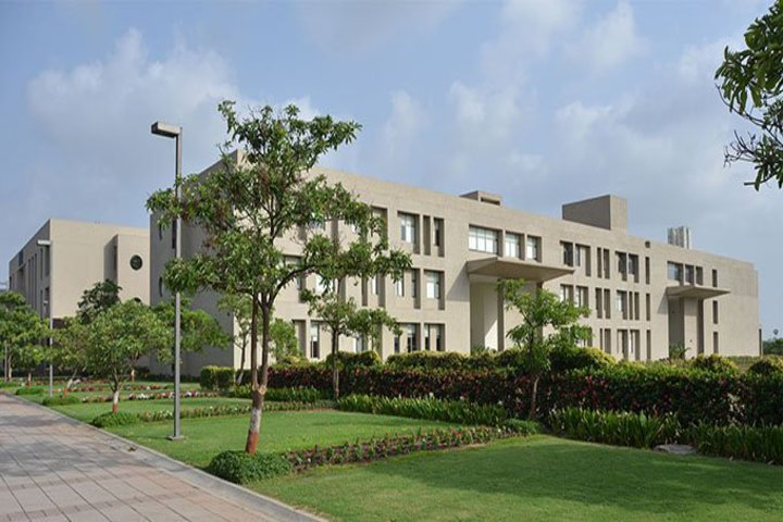 https://cache.careers360.mobi/media/colleges/social-media/media-gallery/22325/2018/12/26/Campus view of Auro Design School Surat_Campus-view.jpg