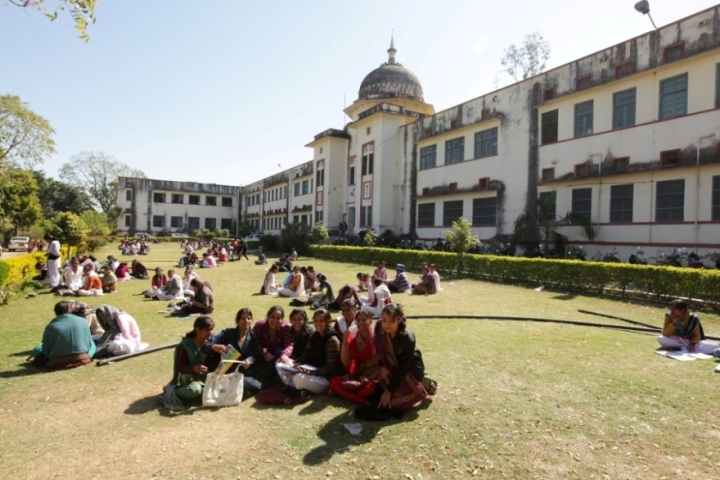 https://cache.careers360.mobi/media/colleges/social-media/media-gallery/22403/2019/6/12/College Building View of Government Meera Girls College Udaipur_Campus-View.jpg