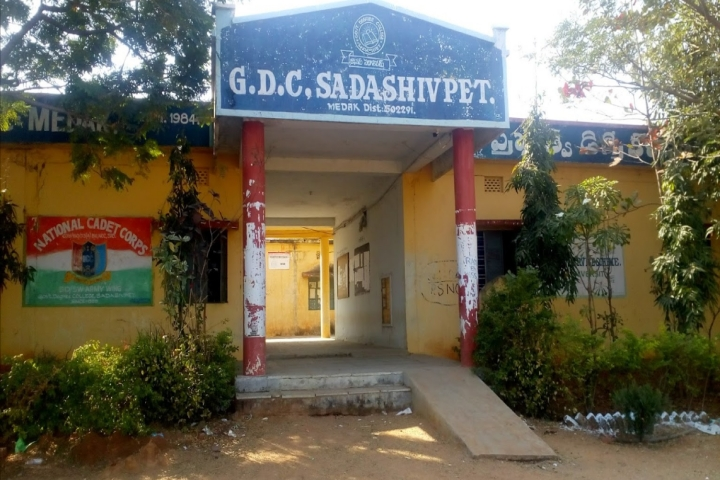 https://cache.careers360.mobi/media/colleges/social-media/media-gallery/23011/2018/11/12/Campus View of Government Degree College Sadasivpet_Campus-View.jpg