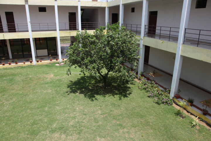 https://cache.careers360.mobi/media/colleges/social-media/media-gallery/2378/2019/1/5/Campus View of Institute of Architecture and Town Planning Sitapur_Campus-View.jpg