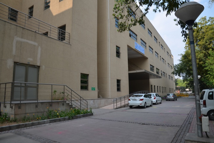 https://cache.careers360.mobi/media/colleges/social-media/media-gallery/24074/2019/6/22/Campus View of Law Centre-I University of Delhi Delhi_Campus-View.jpg