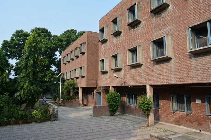 https://cache.careers360.mobi/media/colleges/social-media/media-gallery/2475/2019/7/6/Campus View of Chandigarh College of Architecture Chandigarh_Campus-View.jpg