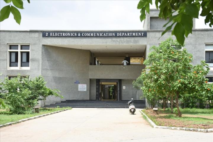 https://cache.careers360.mobi/media/colleges/social-media/media-gallery/2521/2018/7/30/Government-Engineering-College-Gandhinagar-10.jpg