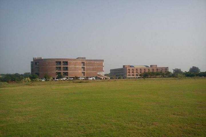 https://cache.careers360.mobi/media/colleges/social-media/media-gallery/3192/2018/10/27/Campus View of Shankersinh Vaghela Bapu Institute of Technology Gandhinagar_Campus-View.JPG