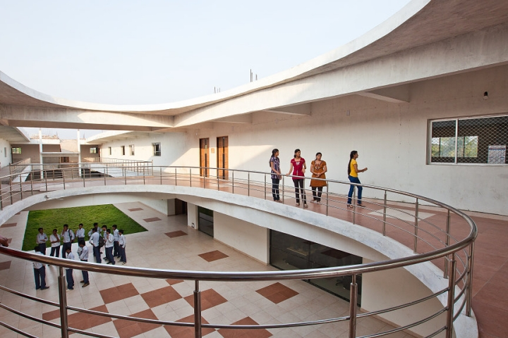 https://cache.careers360.mobi/media/colleges/social-media/media-gallery/3463/2019/3/20/Campus view of Pydah College of Engineering Kakinada_Campus-View.jpg