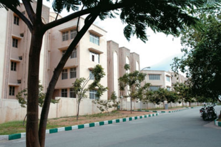 https://cache.careers360.mobi/media/colleges/social-media/media-gallery/35/2018/9/18/Campus View of International Institute of Information Technology Hyderabad_Campus-View.jpg