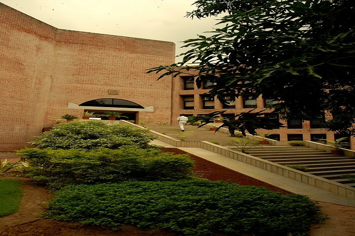 https://cache.careers360.mobi/media/colleges/social-media/media-gallery/470/2018/9/19/Enterance Main Complex of IIM Ahmedabad_Campus-View.jpg