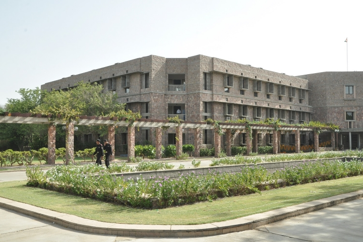 https://cache.careers360.mobi/media/colleges/social-media/media-gallery/534/2018/9/12/Campus Building View of IIHMR Jaipur_Campus-View.jpg