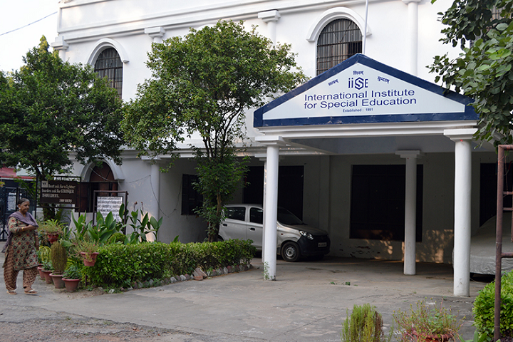 https://cache.careers360.mobi/media/colleges/social-media/media-gallery/5652/2019/6/7/College Front View of International Institute for Special Education Lucknow_Campus-View.png