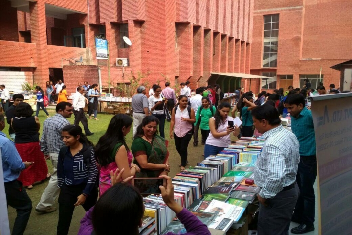 https://cache.careers360.mobi/media/colleges/social-media/media-gallery/5798/2018/9/20/Library of Gargi College Delhi_Library.jpg