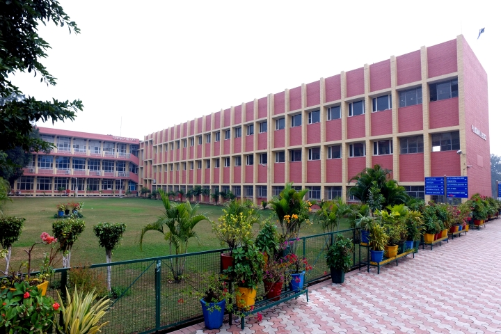 https://cache.careers360.mobi/media/colleges/social-media/media-gallery/5803/2018/10/4/Campus View of Goswami Ganesh Dutta Sanatan Dharma College Chandigarh_Campus-View.jpg