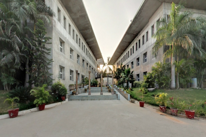 https://cache.careers360.mobi/media/colleges/social-media/media-gallery/6031/2018/12/17/Campus View of Karnavati School of Dentistry Gandhinagar_Campus-view.jpg