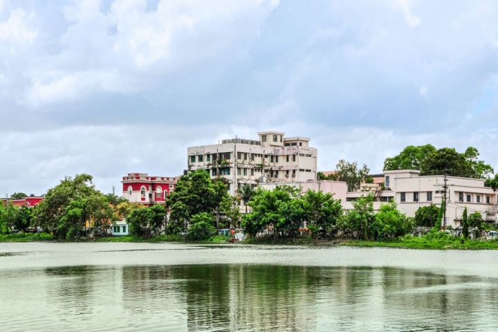 https://cache.careers360.mobi/media/colleges/social-media/media-gallery/6108/2018/8/29/Burdwan-Medical-College-Burdwan2_Campus-View.jpg