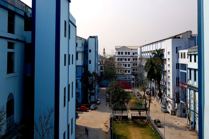 https://cache.careers360.mobi/media/colleges/social-media/media-gallery/6109/2018/10/10/Campus View of Calcutta National Medical College and Hospital Kolkata_Campus-View.jpg