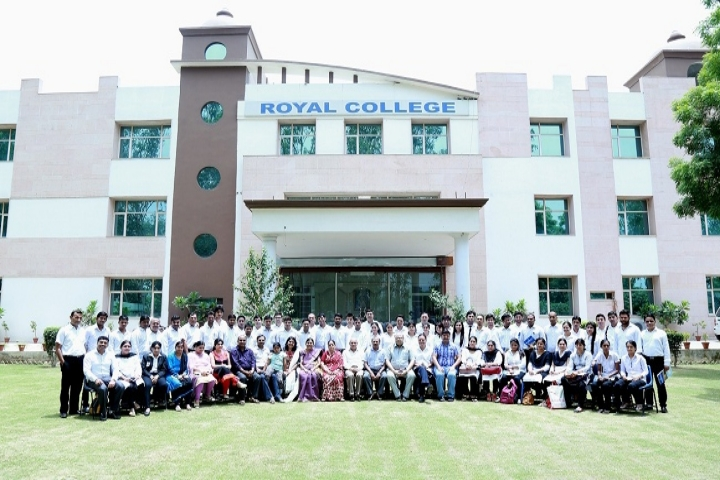 https://cache.careers360.mobi/media/colleges/social-media/media-gallery/6470/2018/12/1/Front View of Royal College of Law Ghaziabad_Campus-View.jpg