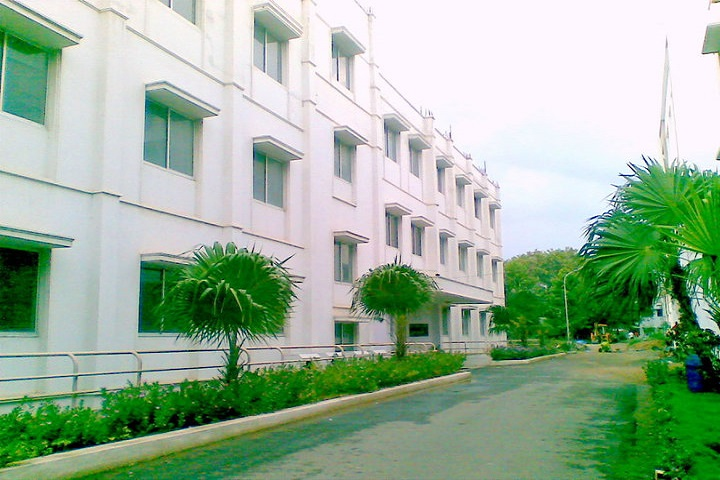 https://cache.careers360.mobi/media/colleges/social-media/media-gallery/7392/2018/11/23/College Building View of Dr GR Damodaran College of Science Coimbatore_Campus-View.jpg