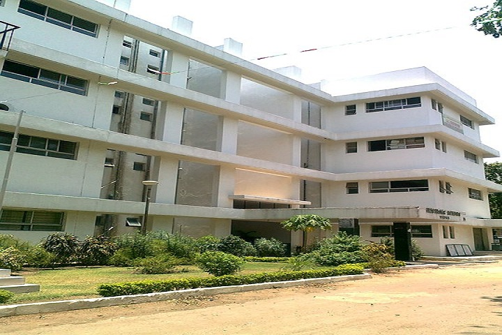 https://cache.careers360.mobi/media/colleges/social-media/media-gallery/7911/2019/1/12/Campus of Priyadarshini JL College of Pharmacy Nagpur_Cmapus View.jpg