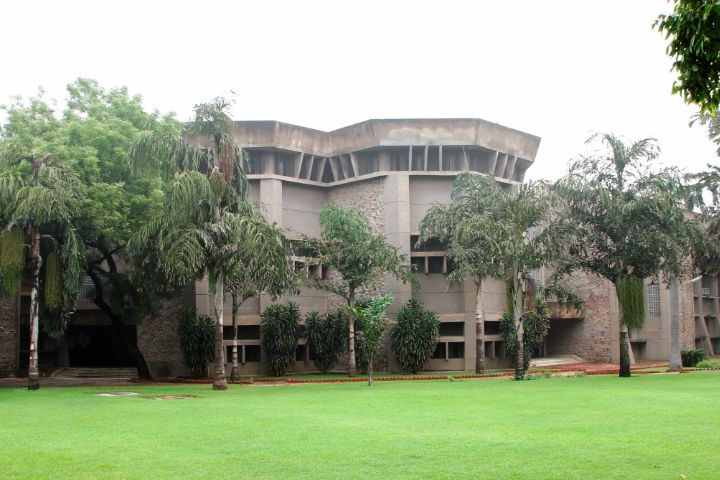https://cache.careers360.mobi/media/colleges/social-media/media-gallery/8022/2019/1/10/Campus-View of Department of Financial Studies University of Delhi South Campus New Delhi_Campus-View.jpg