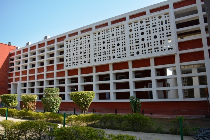https://cache.careers360.mobi/media/colleges/social-media/media-gallery/8132/2019/2/27/CXampus View of Post Graduate Government College Chandigarh_Campus-View.jpg