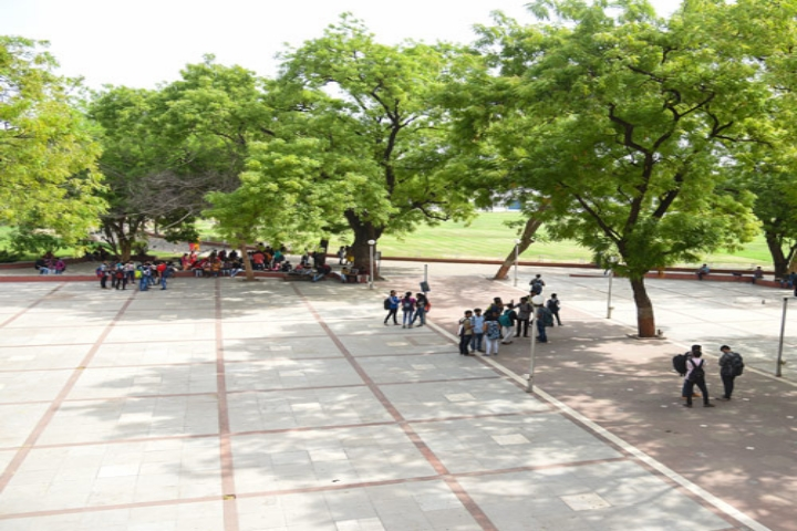https://cache.careers360.mobi/media/colleges/social-media/media-gallery/8406/2019/2/28/Campus View of H L College of Commerce Ahmedabad_Campus-View.jpg