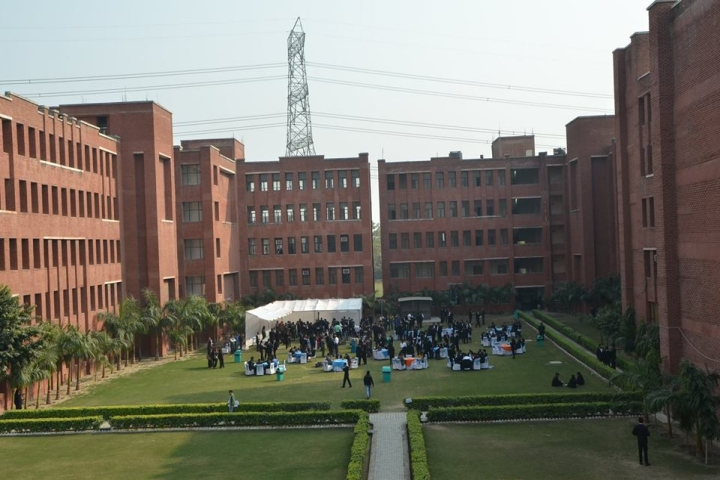https://cache.careers360.mobi/media/colleges/social-media/media-gallery/8430/2019/5/7/Campus View of Lloyd Law College Greater Noida_Campus-View.jpg