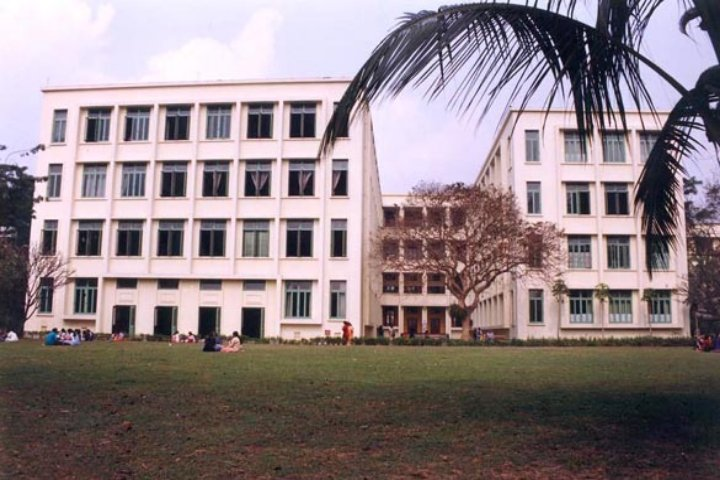 https://cache.careers360.mobi/media/colleges/social-media/media-gallery/8444/2018/10/12/Campus front view of Loreto College Kolkata_Campus-View.jpg
