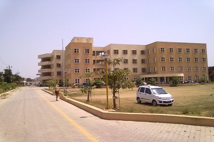 https://cache.careers360.mobi/media/colleges/social-media/media-gallery/8555/2019/1/21/Campus View of Naran Lala College Navsari_Campus-View.jpg