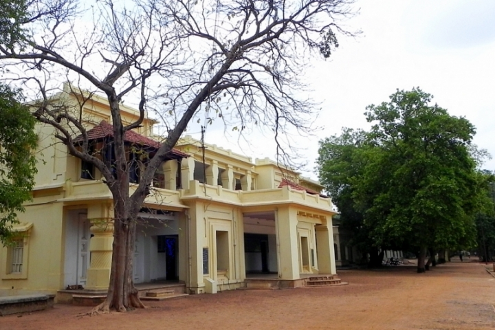 https://cache.careers360.mobi/media/colleges/social-media/media-gallery/877/2018/10/17/Building Picture of Visva Bharati Santiniketan_Campus-View.jpg