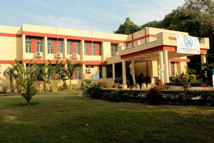 https://cache.careers360.mobi/media/colleges/social-media/media-gallery/8770/2018/8/21/Faculty_of_Law_University_of_Allahabad_Allahabad01.jpg
