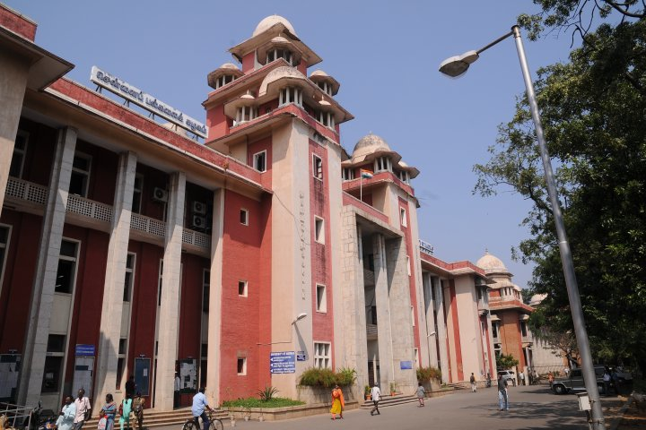 https://cache.careers360.mobi/media/colleges/social-media/media-gallery/880/2018/10/28/Main Building of University of Madras Chennai_Campus-View.jpg