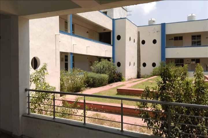 https://cache.careers360.mobi/media/colleges/social-media/media-gallery/8955/2018/10/5/College Building View of SAL College of Engineering Ahmedabad_Campus-View.jpg