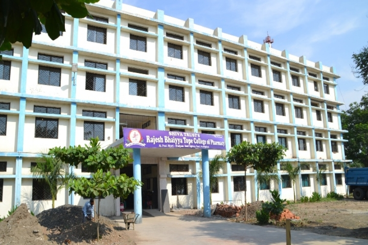 https://cache.careers360.mobi/media/colleges/social-media/media-gallery/9041/2019/3/6/CampusView of Rajeshbhaiya Tope College of Pharmacy Aurangabad_Campus-View.jpg