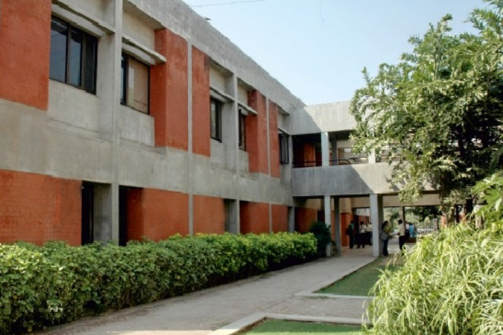 https://cache.careers360.mobi/media/colleges/social-media/media-gallery/9787/2018/12/3/College Building View of Chimanbhai Patel Institute of Management and Research Ahmedabad_Campus-View.jpg